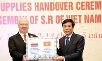 Quốc hội Việt Nam trao tặng vật tư y tế cho một số Nghị viện