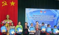 Nguyên Phó Chủ tịch nước Trương Mỹ Hoa trao học bổng Vừ A Dính cho học sinh tỉnh Kon Tum