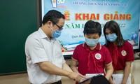 Trao tặng thiết bị học trực tuyến cho học sinh nghèo