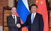 ประธานประเทศจีนสีจิ้นผิงพบปะกับนายกรัฐมนตรีรัสเซีย