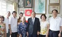 นายกรัฐมนตรีเหงวียนซวนฟุกไปเยี่ยมครอบครัวทหารพลีชีพเพื่อชาติ