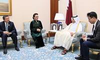 ประธานสภาแห่งชาติเหงวียนถิกิมเงินพบปะกับนายกรัฐมนตรีกาตาร์ Abdullah bin Nasser bin Khalifa Al Thani