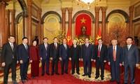 เลขาธิการใหญ่พรรค ประธานประเทศเหงวียนฟู้จ่องอวยพรตรุษเต๊ตผู้นำและอดีตผู้นำพรรคและรัฐ