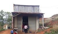 สมาชิกพรรคในอำเภอดั๊กซองช่วยเหลือชาวบ้านแก้ไขปัญหาความยากจน