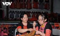 อำเภอเวินโห่ จังหวัดเซินลาอนุรักษ์อาชีพปักผ้าและตัดเย็บเสื้อผ้าของชนเผ่าม้ง