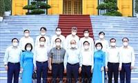 ประธานประเทศ เหงวียนซวนฟุกพบปะกับบุคคลดีเด่นของหน่วยงานสิ่งทอและเสื้อผ้าสำเร็จรูปในการปฎิบัติ 2 เป้าหมายพร้อมกัน