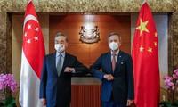 รัฐมนตรีว่าการกระทรวงการต่างประเทศจีน หวังอี้ เจรจากับรัฐมนตรีว่าการกระทรวงการต่างประเทศสิงคโปร์