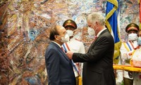 ประธานประเทศคิวบามอบเหรียญอิสริยาภรณ์ Jose Marti ให้แก่ประธานประเทศเหงวียนซวนฟุก