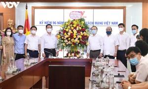 หัวหน้าคณะกรรมการประชาสัมพันธ์และให้การศึกษาส่วนกลางเดินทางมาอวยพรสถานีวิทยุเวียดนาม