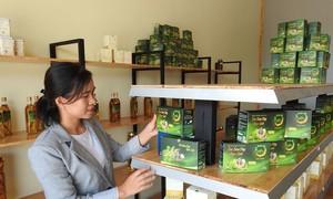 สตรีคนหนึ่งมีส่วนร่วมสร้างเครื่องหมายการค้าให้แก่ตังเซียมกอนตุม