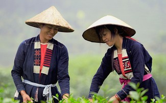 Traditional clothes of the Cao Lan