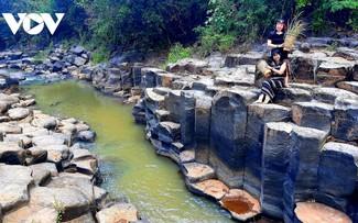 Mê đắm vẻ đẹp hoang sơ của suối đá núi lửa Ia Ruai