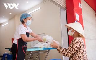 Những suất cơm miễn phí ấm lòng người nghèo giữa đại dịch