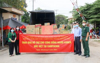 Liên hiệp Hữu nghị Cần Thơ, Tạp chí Thời Đại trao quà cho người Khmer gốc Việt tại Campuchia