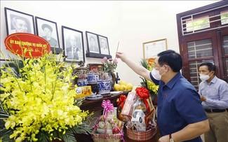 Chủ tịch Quốc hội Vương Đình Huệ thắp hương tưởng niệm cố Chủ tịch Quốc hội Lê Quang Đạo