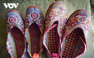 Độc đáo giày thêu Xạ Phang