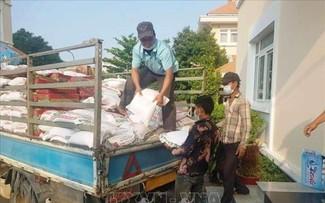 Dịch COVID-19: Cộng đồng gốc Việt ở Campuchia tiếp nhận hàng chục tấn hàng thiết yếu