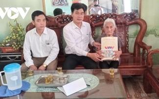 Đài tiếng nói Việt Nam trao quà ủng hộ các gia đình chính sách tại một số địa phương với tổng giá trị hơn 300 triệu đồng