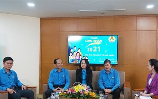 Los obreros vietnamitas unidos y dispuestos para la innovación y el desarrollo