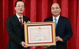 Nguyên Xuân Phuc remet l'ordre de l'Indépendance à l'ancien ministre de la Construction