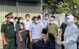 Vu Duc Dam inspecte les dispositifs anti-Covid-19 de Binh Duong