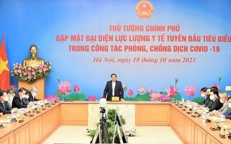 Pham Minh Chinh rencontre des représentants des forces médicales