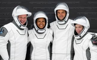 SpaceX запустила в космос первый в истории гражданский экипаж