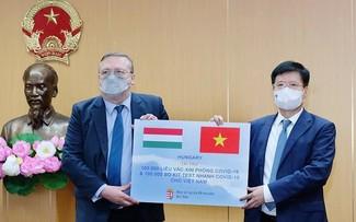 Bộ Y tế tiếp nhận 100.000 liều vaccine COVID-19 do Hungary tài trợ