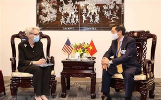 Vietnamese FM holds bilateral meetings with foreign diplomats