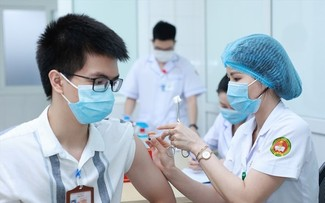 Vietnam accelerates vaccination to resume normal life