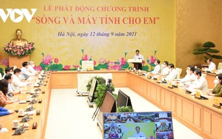 Hanoi donates computers, online learning kits for disadvantaged students