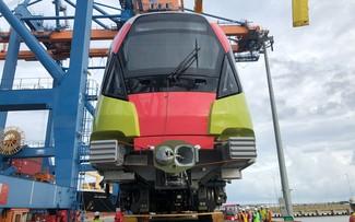 Erledigung der Aufnahme von zehn Wagen der Stadtbahn Metro Nhon - Bahnhof Hanoi
