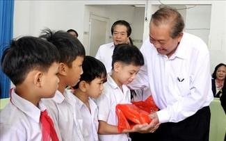 Phó Thủ tướng Thường trực Trương Hòa Bình thăm, tặng quà cho Trung tâm nuôi dạy trẻ khuyết tật Võ Hồng Sơn