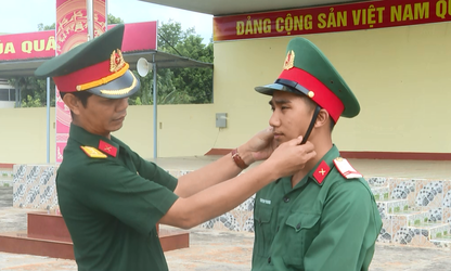 E De military officer serves as role model in following President Ho Chi Minh's moral example