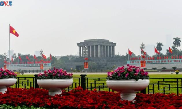 Kota Ha Noi Menjadi Cemerlang dengan Bendera dan Bunga untuk Menyambut Kongres Nasional XIII PKV