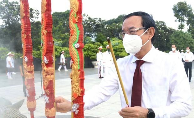 Bakar Hio untuk Kenangkan Presiden Ho Chi Minh, Presiden Ton Duc Thang, dan Berterima Kasih kepada Orang-Orang yang Berjasa kepada Tanah Air