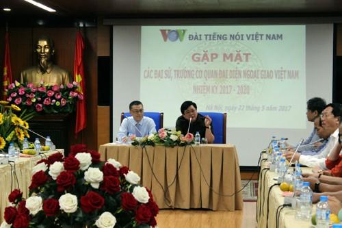 Voz de Vietnam consolida cooperación con diplomáticos extranjeros en promoción de imagen nacional
