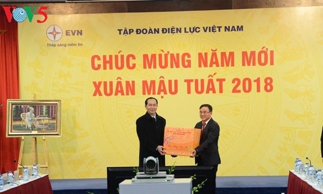 Presidente de Vietnam visita unidades administrativas y militares en la Nochevieja