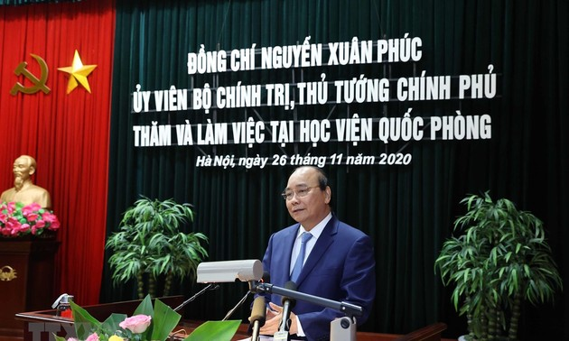 El jefe del Gobierno vietnamita se reúne con trabajadores de la Academia de Defensa Nacional