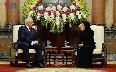 Presidenta interina de Vietnam recibe al jefe del Senado de Bielorrusia
