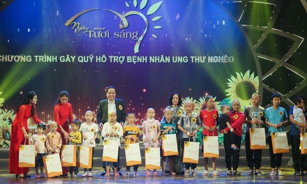 Programa artístico de caridad para pacientes con cáncer en Vietnam
