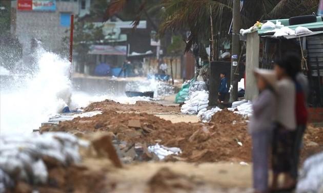 Tifón Nakri causa lluvias torrenciales en provincias costeras de Vietnam