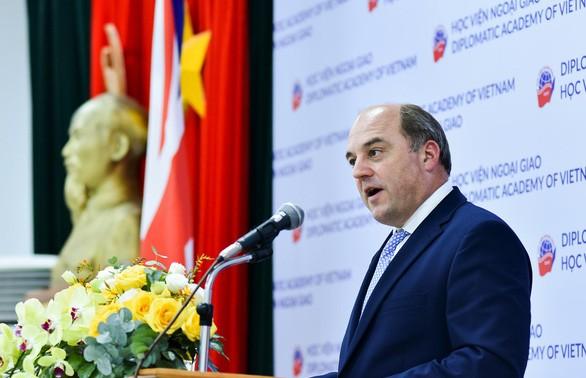 Reino Unido aprecia el creciente papel de Vietnam en la región y a nivel mundial