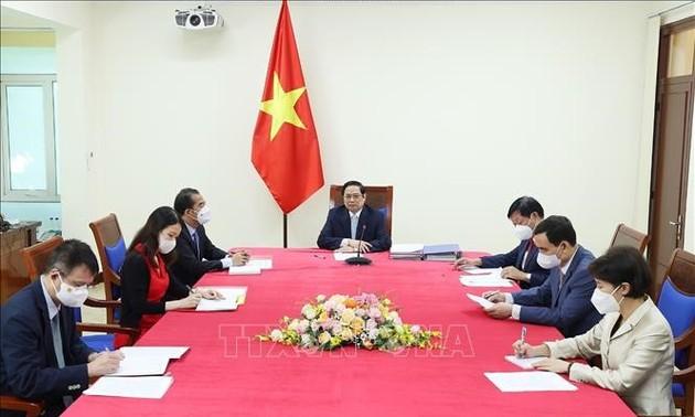 Premier de Vietnam dialoga con jefa del mecanismo COVAX