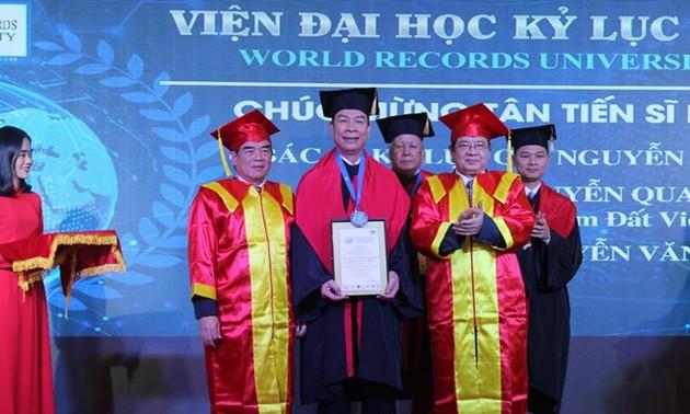 越南人荣获由世界纪录大学授予的名誉博士学位