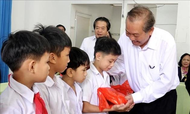 Truong Hoa Binh remet des cadeaux à des enfants handicapés