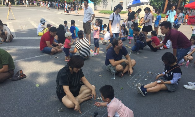 Traditional games held in Hanoi's pedestrian streets