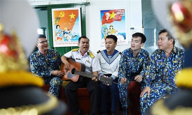 Soldiers on DK1 platform receive Tet gifts