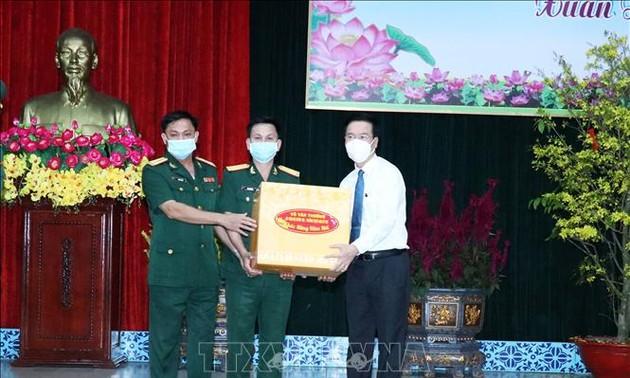 Le permanent du secrétariat du PCV présente ses voeux de Têt  à des soldats à Hô Chi Minh-ville