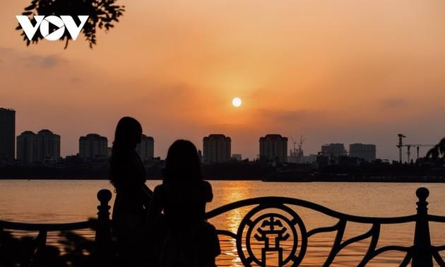 Le coucher du soleil sur le lac de l'Ouest